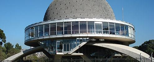Invitan a las familias a visitar el Planetario porteño.