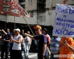 Los trabajadores reclaman por la planta.