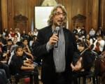 El director de orquesta ovacionado en la Legislatura.