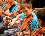 Cuestionan la conducción de orquestas infantiles.