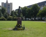 Una nueva estatua rinde homenaje a Ana Frank.