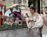 Los reyes regalaros a los animales del zoo.
