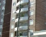 Un joven de 15 años se arrojó por el balcón.
